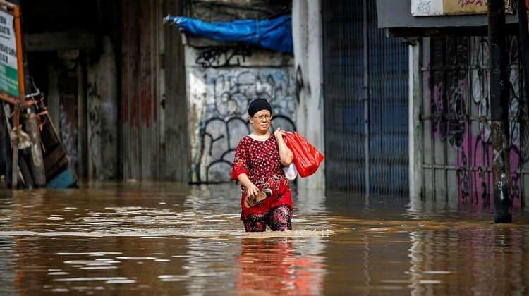 Inundaciones en Indonesia deja al menos 23 muertos